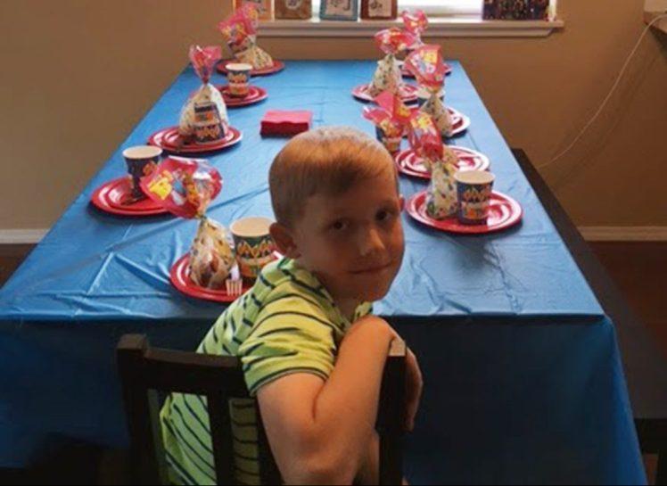 Ни один из 40 приглашенных не пришел к мальчику на День рождения. Поступок его бабушки поразил всех!