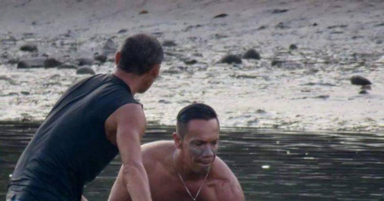 Серферы услышали плач на пляже. Вы только посмотрите, что это за существо оказалось…