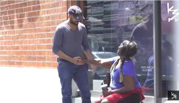 Мужчина дал бездомной женщине немного наличных. Проследив за ней, он был шокирован её покупкой