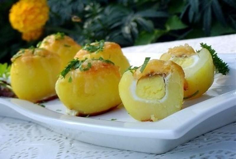 Картофель запеченный, с сюрпризом из перепелиных яиц