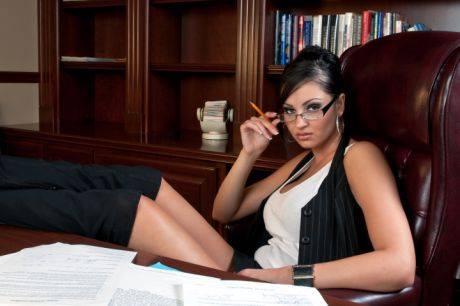 """Солидный бизнесмен вызывает секретаршу: """"Едем на неделю за границу"""". Секретарша сообщает мужу: «Я уезжаю в командировку на неделю». Муж пишет…"""