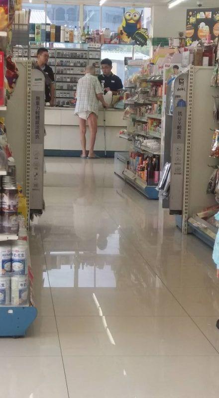 Пожилой мужчина появляется в магазине в подгузниках. Продавец сначала останавливает его, а потом следует за ним