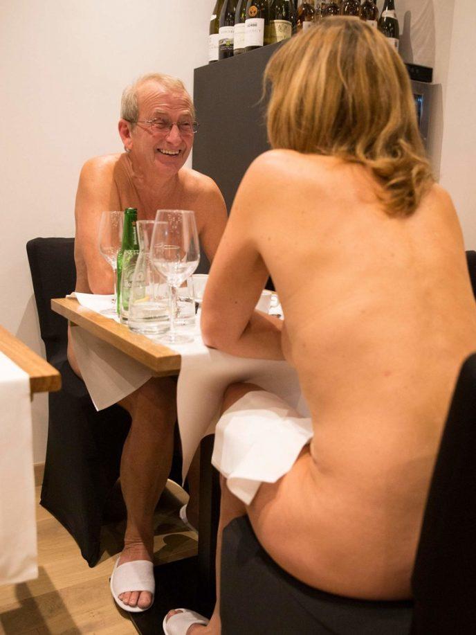 Открылся ресторан для нудистов. Только взгляните на посетителей…