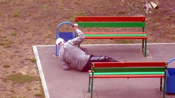 Безликая толпа проходила мимо лежащего на остановке старика